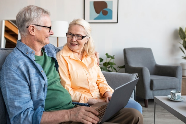 Mittleres schuss älteres paar mit laptop