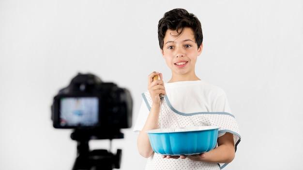 Mittleres schuss cooles kind kochen
