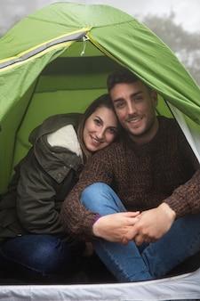 Mittleres schuss glückliches paar, das aufwirft