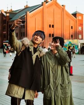 Mittleres schuss glückliches paar, das selfie nimmt