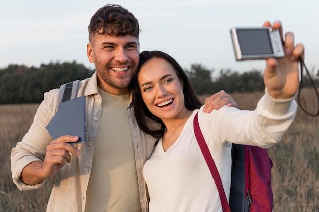 Mittleres schuss glückliches paar, das selfies nimmt