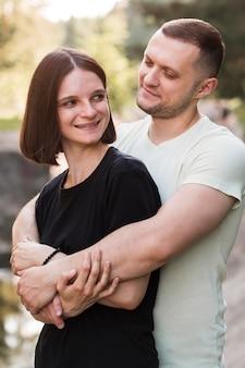 Mittleres schuss glückliches paar in der natur
