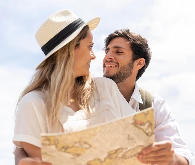 Mittleres schuss glückliches paar mit karte