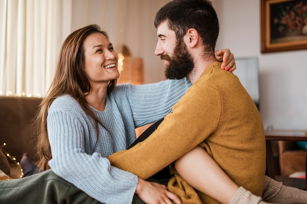 Mittleres schuss glückliches paar zu hause