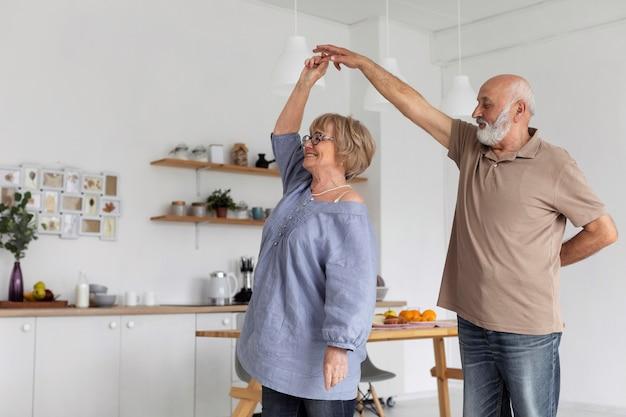 Mittleres schuss seniorpaar tanzen