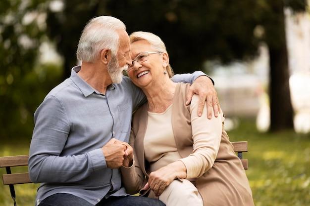 Mittleres schuss smiley älteres paar