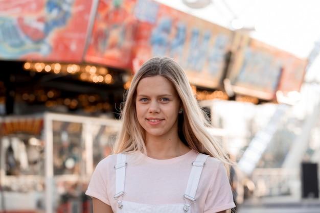 Mittleres schuss smiley-mädchen auf dem jahrmarkt