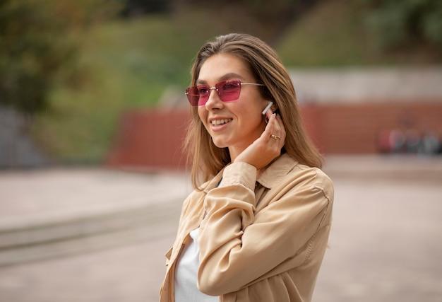 Mittleres schuss smiley-mädchen mit brille