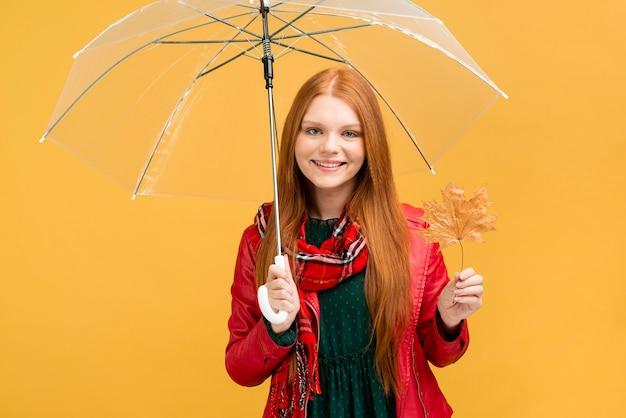 Mittleres schuss smiley-mädchen mit regenschirm