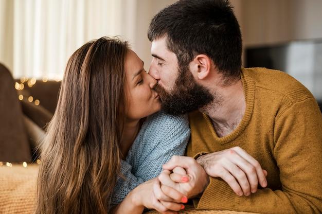 Mittleres schuss süßes paar, das küsst