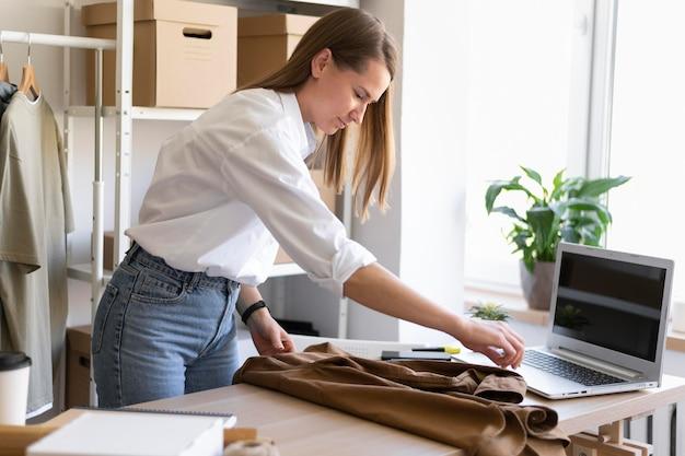 Mittleres schussfrauenverpackungshemd