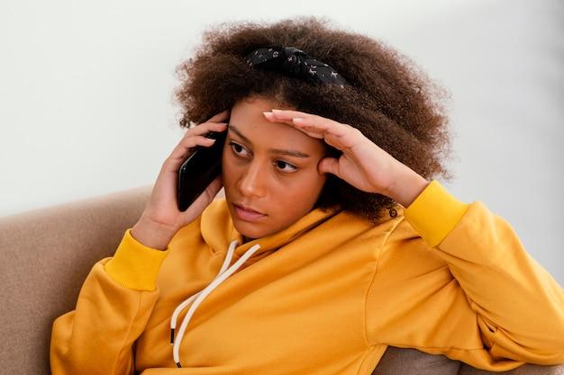 Mittleres schussmädchen, das am telefon spricht