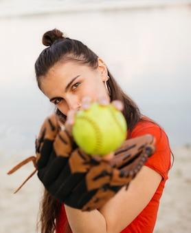 Mittleres schussmädchen mit baseballhandschuh und ball