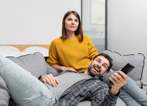 Mittleres schusspaar beim fernsehen