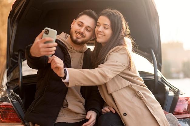 Mittleres schusspaar, das selfie nimmt