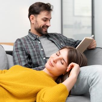 Mittleres schusspaar, das sich zusammen entspannt