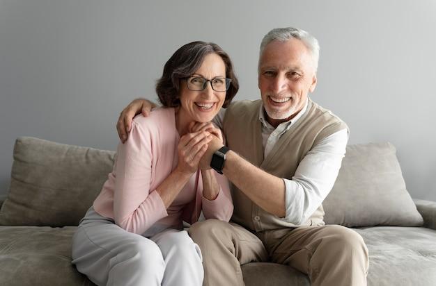 Mittleres seniorenpaar im inneren