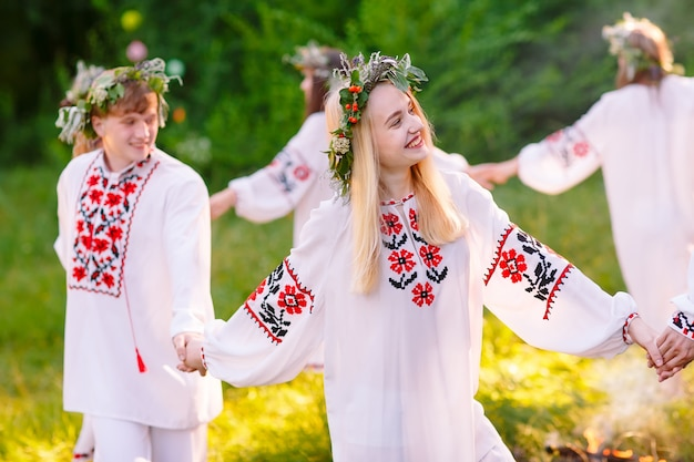 Mittsommer, eine gruppe von jungen menschen slawischen aussehens bei der feier des mittsommers.