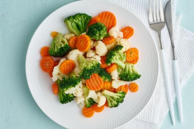 Mix aus gekochtem gemüse. brokkoli, karotten, blumenkohl. gedämpftes gemüse für die ernährung