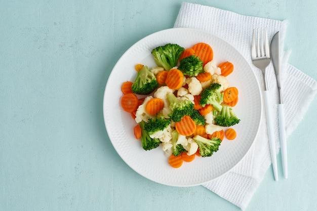 Mix aus gekochtem gemüse. brokkoli, karotten, blumenkohl. gedünstetes gemüse