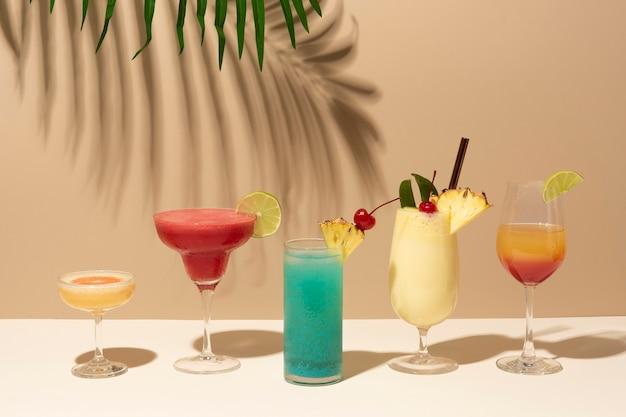 Mix aus retro-cocktails auf einer bartheke