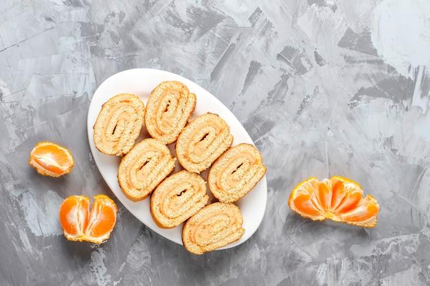 Mix aus süßen keksen, kuchenrolle, mini cupcakes.