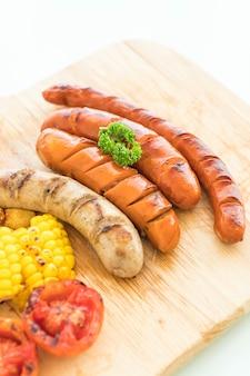 Mix gegrillte wurst mit gemüse und pommes frites