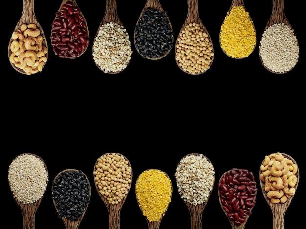 Mix nüsse auf dem löffel, gerste, schwarze bohnen, sojabohnen, mungbohnen, job tränen, etc.