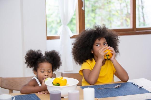 Mix-race-kinder genießen ihre zeit zu hause mit der familie