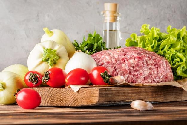Mixe aus hackfleisch und schweinefleisch
