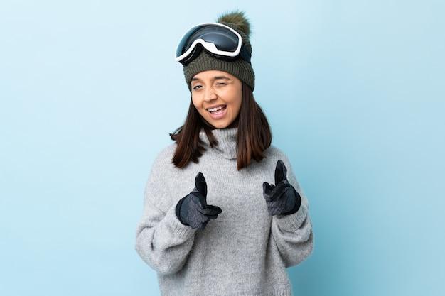 Mixed race skifahrerin mit snowboardbrille