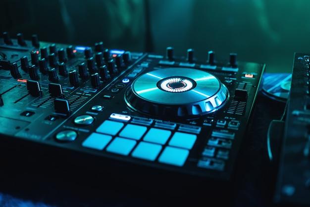 Mixer für cds und erstellen sie eine kontrollmusik nahaufnahme mit tasten und controllern