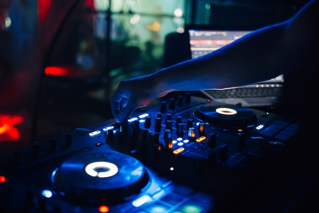 Mixer und eine dj-kabine im nachtclub auf einer party