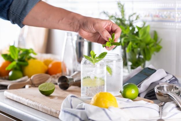Mixologe macht zu hause einen erfrischenden cocktail mit hartem selters