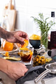Mixologe macht zu hause einen erfrischenden cocktail mit wermut