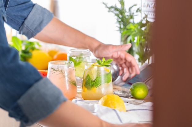 Mixologe macht zu hause erfrischende cocktails mit hartem selters