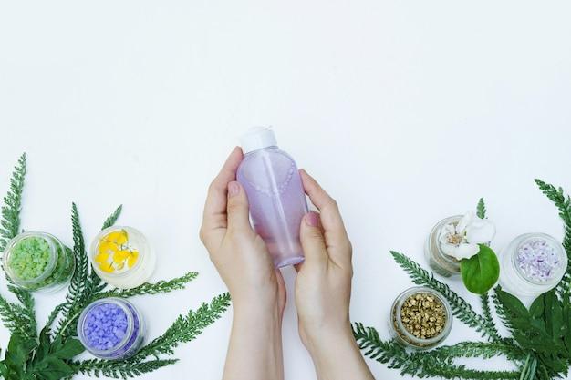 Mizellare reinigungswasserkosmetik in weiblichen händen. kopieren sie platz für text, spa, wellness oder homöopathie