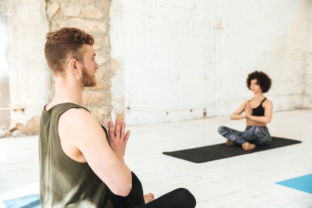 Mlale trainer macht yoga-unterricht mit seinen schülern