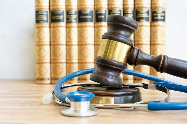 Mlaw hammer und stetoskop, edical law konzept