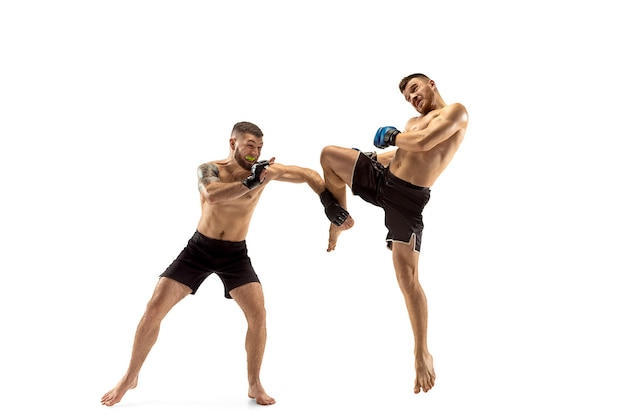 Mma zwei professionelle kämpfer stanzen oder boxen isoliert auf weißem studiohintergrund