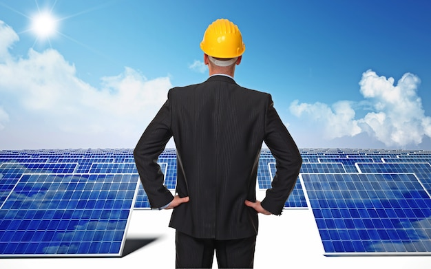 Mna mit elmet und solarenergie
