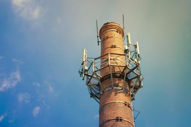 Mobile kommunikationssender gegen himmel