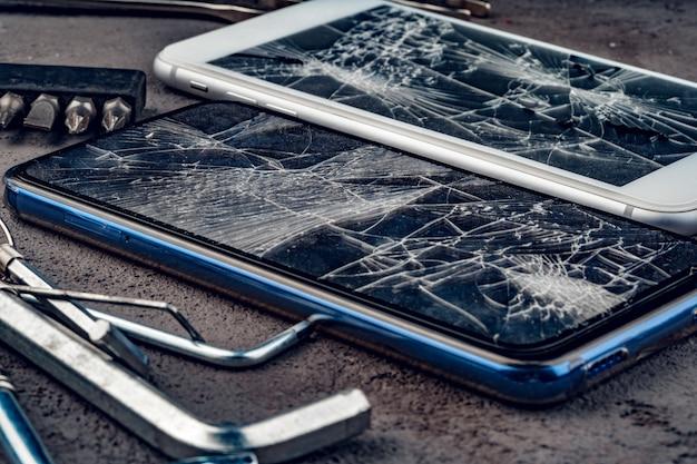 Mobiler smartphone mit defektem bildschirmabschluß oben
