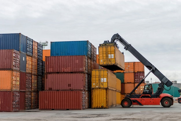 Mobiler staplerfahrer in aktion an einem containerterminal.