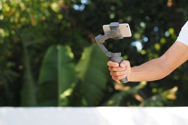 Mobiles smartphone gimbal in der mannhand.