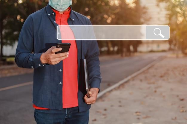Mobiles suchdaten-informationskonzept mit modernem handy in der hand