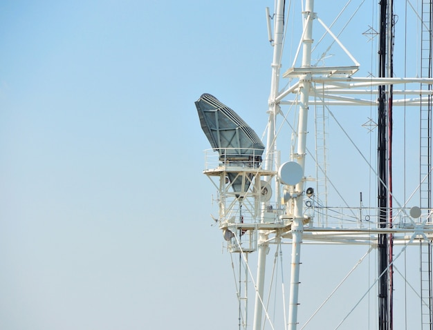 Mobilfunk-repeater-antennenturm im blauen himmel