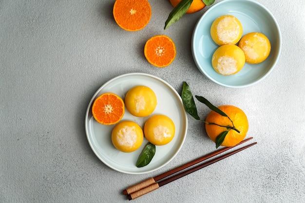 Mochi-eis mit mandarine, traditionelle japanische aufstiegsbonbons, tio view