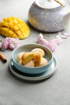 Mochi-eis mit mango, traditionelle japanische süßigkeiten