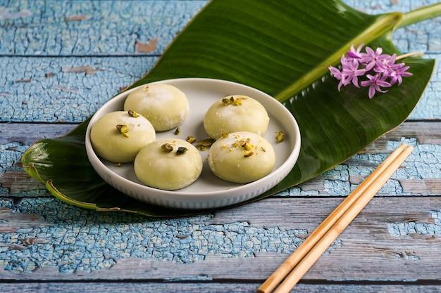 Mochi mit pistazieneiscreme, japanisches traditionelles süßes essen auf dem grauen hintergrund
